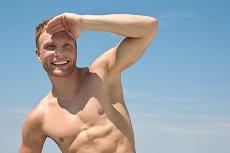 Attraktiver Mann mit athletischer Figur - muskuls im Sommer